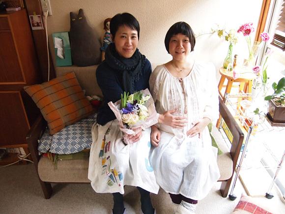 妊婦さんと花束